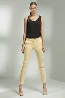Klasyczne spodnie z nogawkami zwężanymi ku dołowi o długości 7/8. Zapinane z ...
