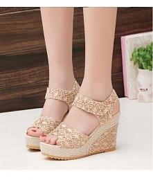 Koronkowe sandały na koturnie, delikatnie prezentują się na nodze. Kliknij w zdjęcie i przejdź do sklepu !