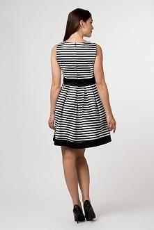 Rozkloszowana sukienka bez rękawków w modne paski. W talii i u dołu wstawki z czarnego materiału. Idealna propozycja na co dzień.