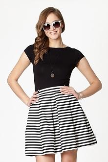 Rozkloszowana spódnica w czarno-białe paski, z kontrafałdami. W pasie posiada dodatkowe szlufki umożliwiające noszenie z paskiem.