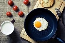 Jajka sadzone w pikantnym m...