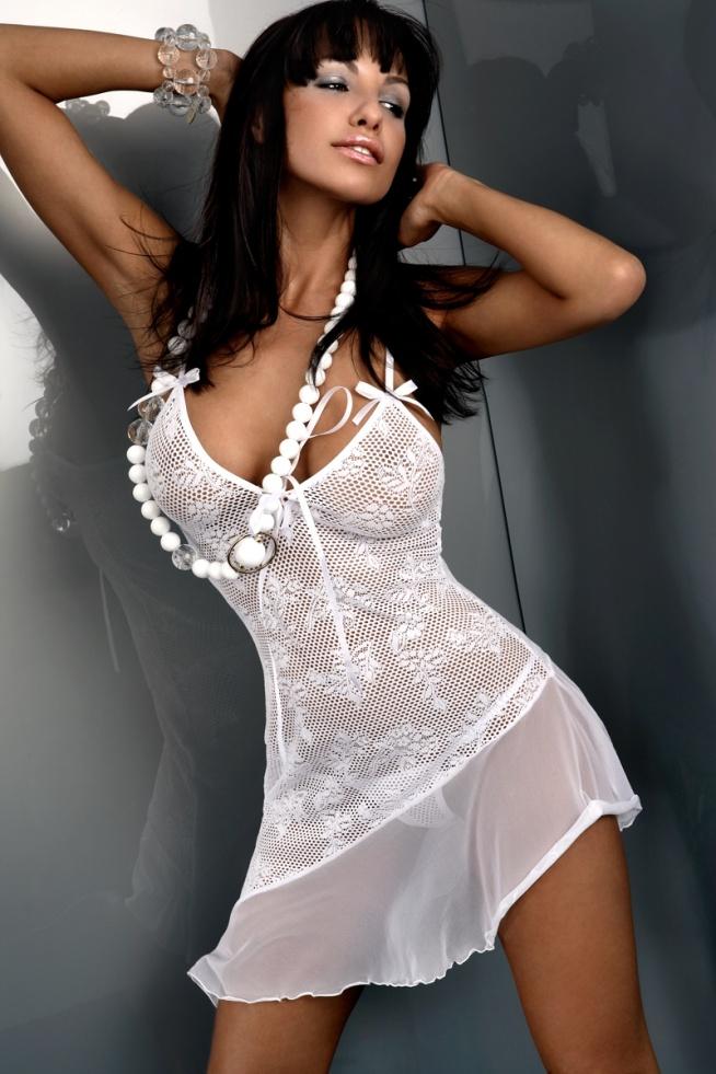 Ażurowa koronka w roli głównej! Inez to biała, ponętna koszulka nocna, stworzona dla kobiety, która potrafi poczuć się atrakcyjnie w bieliźnie nocnej. Wie i nie boi się podkreślić swoich wdzięków. Fason zalotny, z sznurowaniem przy biuście i falbaną na udach. Całość elastyczna, lekko prześwitująca, ramiączka zwieńczone kokardkami. W komplecie stringi gratis.