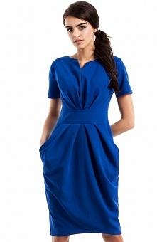 Moe MOE234 sukienka chabrowa Stylowa sukienka, z drapowanym dekoltem, fason odcinany w pasie