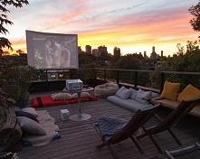 Kino na tarasie czyli jak urządzić domowe kino na zewnątrz? Zobacz i zainspir...