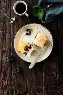 Ciasto z czarną porzeczką i budyniem z bezą