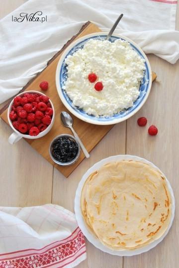 Budyniowe naleśniki z serem, dżemem i malinami. Pyszności! Budyń nadaje im fajnego aromatu i puszystości. Musicie spróbować! Przepis po kliknięciu w zdjęcie