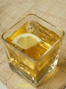Whisky Up  Składniki: 40 ml whisky 30 ml likieru brzoskwiniowego dopełnić Spritem lub podobnym napojem kostki lodu do dekoracji można dodać pół plasterka cytryny  Przygotowanie:...