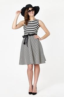 Wizytowa sukienka w modne czarno-białe paski, o dopasowanej górze i rozkloszowanym dole, z koła. Z tyłu dekolt dodatkowo wiązany czarną szarfą. Sukienka posiada również szarfę d...