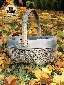 Wiklinowy kosz z wyszyciem w jesiennym ogrodzie...