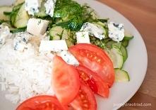 Potrzebne będą:  1-2 cukinie (niezbyt duże) 1 cebula 2-3 ząbki czosnku 1-2 pomidory łyżka masła Sól Zielenina do posypania (np. koperek) Opakowanie sera pleśniowego (tutaj 115 g...