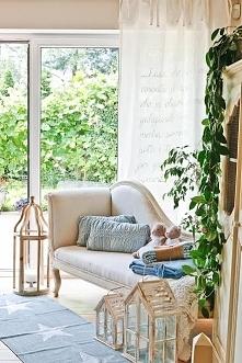 dekoracja w salonie - w stylu Hampton, dywan w srebrne gwiazdki, drewniane sz...