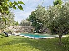Kamienny mur i basen jako nowoczesny dodatek do starej zabudowy domu prowansa...