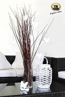 Powieszona na kilku gałązkach drewniana lub/i wiklinowa zawieszka stworzy ładną dekorację wnętrza.