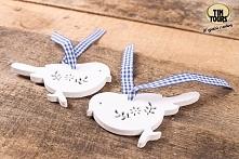 Drewniane zawieszki ptaszki na dekoracyjnej tasiemce wykorzystacie na wiele różnych sposobów, np. do dekoracji i ozdobienia prezentu!
