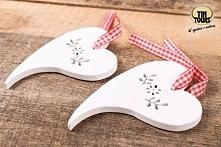 Drewniane zawieszki serca na dekoracyjnej tasiemce wykorzystacie na wiele różnych sposobów, np. do dekoracji i ozdobienia prezentu!