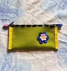 Ręcznie robiony zielony piórnik z filcu z kwiatkiem :) Jest na sprzedaż.