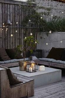 Drewniane meble ogrodowe z miękkimi poduszkami: świetny pomysł na aranżację o...