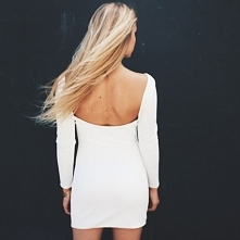 Sukienka z długim rękawem i dekoltem na plecach.