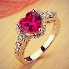 Pierścionek zaręczynowy.Która by takiego nie chciała :)