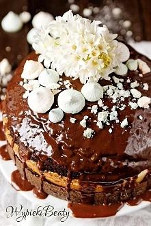 Tort czekoladowy z sernikiem w środku