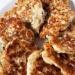 Siekane kotlety drobiowe z mozzarellą Składniki: 1 duża podwójna pierś z kurczaka 125 g mozzarelli (u mne Zottarella Light) 1 duże jajko 200 g jogurtu naturalnego świeży koperek 3 czubate łyżki mąki gryczanej sól, pieprz oliwa do smarowania patelni  Sposób przygotowania: 1.Pierś kurczaka umyć i pokroić w małą kosteczkę. 2.Mozzarellę zetrzeć na tarce o dużych oczkach. 3.Koperek posiekać. 4.W misce połączyć wszystkie składniki, przyprawić i bardzo dobrze wymieszać. 5.Nakładać masę łyżką na rozgrzaną patelnię z oliwą. Smażyć na średnim ogniu z obu stron do zarumienienia. 6.Nadmiar tłuszczu można odsączyć na papierowym ręczniku kuchennym.