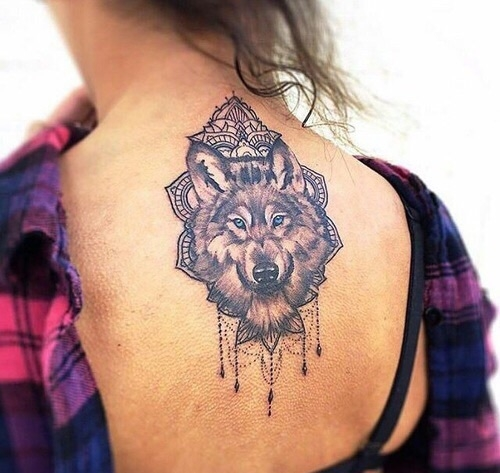Wilk jest symbolem wierności i oddania. Jest to zwierze mocy, które symbolizuje również dzikość ale też lojalność i wytrwałość. Wilk może nam przypominać o tym, że choć żyjemy w stadzie jak on, to jednak najwięcej dzieje się w samotności, w głębi nas samych.