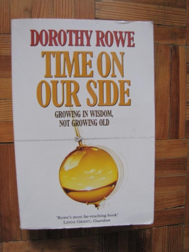 """Anglojęzyczna książka """"Time on our side - growing in wisdom, not growing old"""" australijskiej psycholog Dorothy Rowe, miękka okładka. Cena 20zł. + koszty wysyłki"""