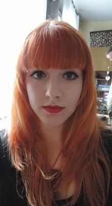 Nowa fryzura, wyprostowane włosy,  lekki makijaż.