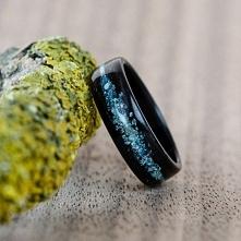 Obrączka z hebanu. Inkrustacja z kamieni tworząca Galaktykę.