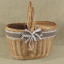 Wiklinowy kosz piknikowy zdobiony wstążką z kokardą.
