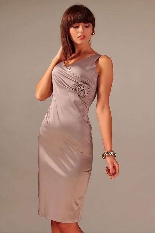Elegancka sukienka wieczorowa o klasycznej linii i oryginalnych dodatkach. Dopasowany krój, długość midi. Drapowanie na lewym boku wykończone piękną, ręcznie wykonaną różą, stanowi efektowną ozdobę i pozwala zatuszować ewentualne niedoskonałości sylwetki. Niezbyt duży, zachodzący kopertowo dekolt, również z tyłu wykończony w szpic. Spódnica dopasowana, zwężająca się lekko ku dołowi, pęknięcie z tyłu zapewnia swobodę ruchu. Sukienka zapinana na zamek z tyłu. Dostępna także dla Pań o dużych rozmiarach. Bawełna 60 % Elastan 10 % Polyester 30 %  Producent Vera Fashion Sklep Allettante.pl Moda damska, Sukienki