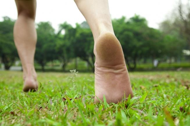 Wiadomo, że w dzisiejszych czasach nie wyobrażamy sobie życia bez butów, ale czy nie warto wrócić do dawnych zwyczajów i bosą stopą przemierzać świat <3