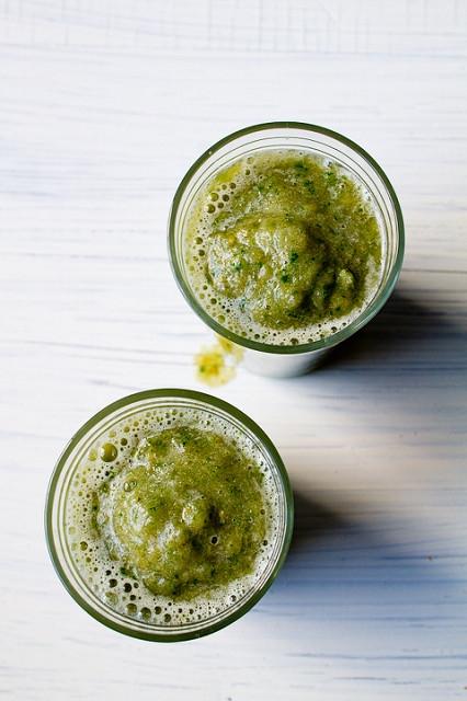 Zielone smoothie z kawą migdałową - zdrowe, smaczne, słodkie :). Kliknij w zdjęcie, aby przeczytać przepis na kawa.pl!