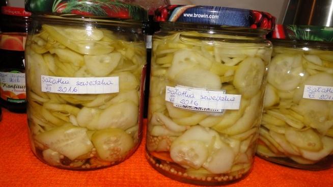 """Sałatka szwedzka - z bloga """"Koperek w kuchni"""" 2 kg ogórków - w plastry 9 szklanek ciepłej wody 1/2 szklanki soli * sól rozpuścić w wodzie i zalać ogórki na 2 godziny. zalewa: 3 szklanki wody 2 szklanki cukru 2 szklanki octu + do każdego słoika po: 2 ziarna ziela angielskiego 2 ziarna pieprzu pół łyżeczki gorczycy 3 plastry marchewki * po 2 godzinach ogórki odcedzić i włożyć do słoików z dodatkami, zalać zagotowaną zalewą, słoiki pasteryzować 10 minut, odstawić do góry dnem do ostygnięcia. :)"""
