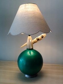 Lampa z syfonu - zielona.  Przepiękna, stylowa lampa na biurko, komodę, szafkę nocną jak również jako wystrój wnętrza do kanjpki.  Lampa wykonana z oryginalnego syfonu pochodząc...