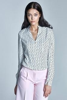 Elegancka bluzka wykonana z bardzo delikatnego materiału. Dekolt w kształcie litery V wykończony subtelnym i delikatnym guzikiem. Bluzka bardzo elegancka, którą można połączyć z...