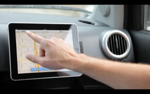 Jesteśmy wielkimi zwolennikami urządzeń wielofunkcyjnych. Bo i po co wydawać pieniądze GPS-a, jeżeli mamy już tę funkcję, powiedzmy, w iPadzie. Napotkamy tu jednak żelazną zasadę rynku – drogi gadżet wymaga drogich akcesoriów dodatkowych – torebek, futerałów, podstawek…  Dziś lifehack dla tych, co wolą minimalistyczne, niedrogie i niezwykle trwałe rozwiązania. Jeżeli nie potrzebujecie GPS-a, ale lubicie podczas gotowania ogladać seriale na iPadzie, klikajcie śmiało – będzie coś również dla was!