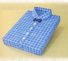 Zapakuj prezent w papier normalnym sposobem. Z papieru wytnij dwa paski, tak ...