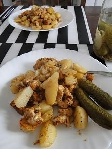 Obiad z worka :P ziemniaczki, pierś kurczaka, cebulka, przyprawa gyros, troch...