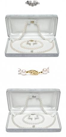 Komplet idealnie dobranych, okrągłych, białych pereł, składający się z naszyjnika (45cm), bransolety (19,5cm) i kolczyków na sztyftach. Perły mają średnicę 6,5mm.  TAKI KOMPLET ...