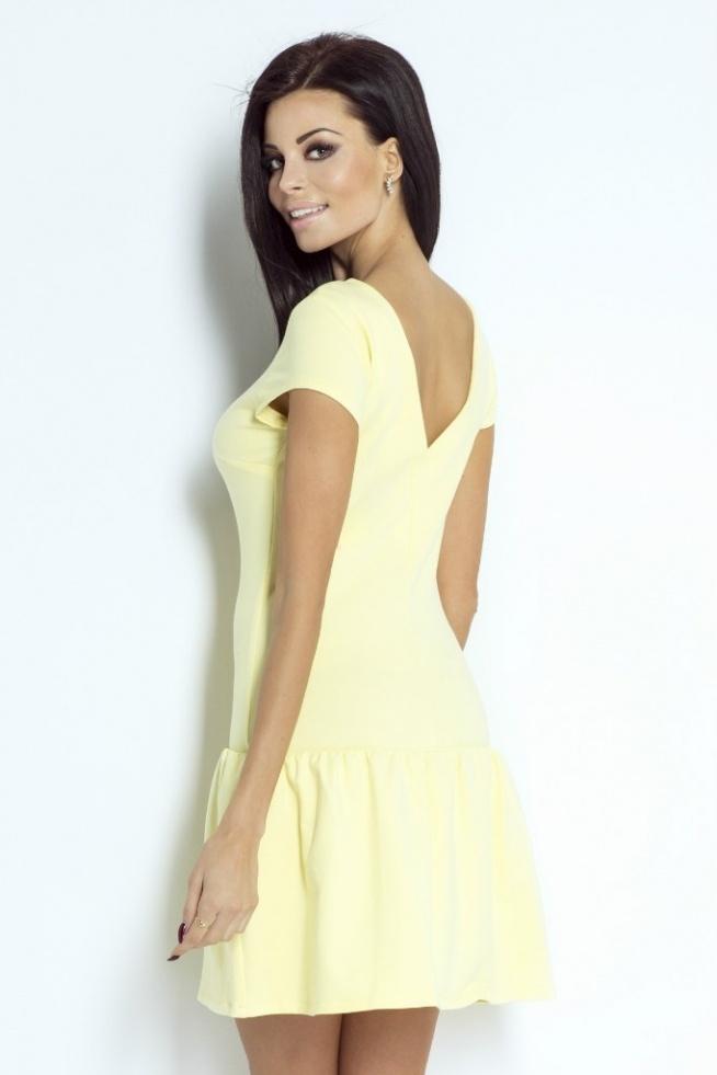 Sukienka o prostym kroju ozdobiona na dole szeroką falbanką. Na plecach efektowny dekolt eksponujący linię pleców. Krótki rękaw Materiał dopasowuje się do sylwetki. Nadaje się zarówno do stylizacji eleganckich jak i sportowych. Sukienka wkładana przez głowę. Skład: 92 % bawełna, 8 elastan  Producent IVON Sklep Allettante.pl