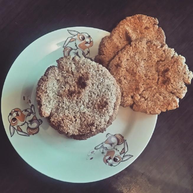 Błyskawiczne ciasteczka owsiane ale nie fit :D  Dzisiaj ostatni dzień, kiedy mogę jeść wyższe kalorie, więc na wieczór ładowanie węglowodanów   na 8 dużych ciastek : 1,5 kubka płatków owsianych górskich(zmielić na mąkę) dwie łyżki masła (rozpuścić)  2 żółtka  trzy-cztery łyżki cukru (w zależności od tego jak słodkie lubicie) płaska łyżeczka cynamonu  łyżka mleka  połączyć wszystkie składniki w misce, wyrabiać ciasto, aż nie będzie się przyklejało do rąk.  ciasto dzielimy na 8 części, formujemy ciasteczka i układamy na blaszce wyłożonej papierem i pieczemy 10 min z jednej strony i 3-4 min z drugiej w 180°C  ciastka po upieczeniu układamy na kratce do ostudzenia