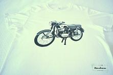 Ręcznie malowany motor na koszulce.
