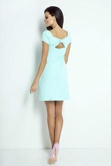 Sukienka o klasycznym trape...