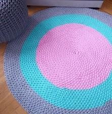 Dziergany dywanik w cukierkowych kolorach róż-mięta-szary. Bawełniany, ekologiczny i przyjazny dla dzieci. 120 cm.