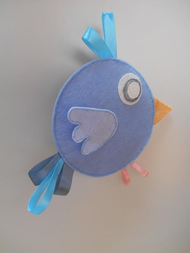 dawanda: recznerobotki  Ręcznie szyta zabawka sensoryczna - szeleszczący metkowiec służący jako przytulanka, przedmiot do zabawy, ozdoba i zawieszka do wózka czy łóżeczka. Wpływa na rozwój zmysłów: dotyku, wzroku i słuchu dziecka. Idealna na prezent.