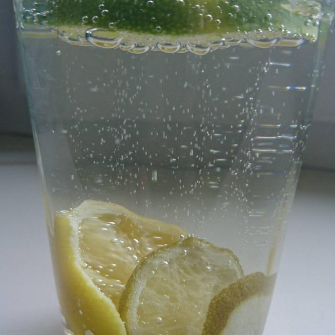 Woda z cytryną i limonką. To już czwarty taki szot! Orzeźwiające i oczyszczające.  Cytryna -źródło witaminy C? Obawami mity. (kwas askorbinowy E 300). Odporność. Przy niedobrze (depresja, nadczynność tarczycy,). Przedawkowanie (biegunka, wymioty, wysypka). Najwięcej (papryczka chilli zielona, natka pietruszki, czarna porzeczka, papryka) niewiele w cytrynie. Limonka (źródło: A,C,E,B1,B2,B6,błonnik, potas, wapń, magnez, kwas foliowy). Reguluje poziom glukozy we krwi, odkaża i niszczy chore tkanki.