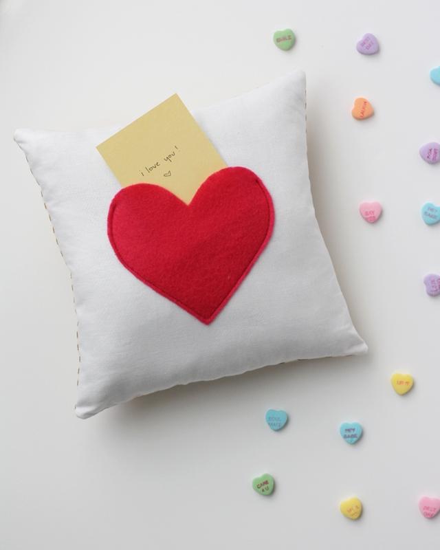 poduszka z kieszonką w kształcie serca