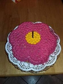 tort kwiatek :) Krem z malinami borówkami i białą czekoladą :)
