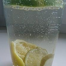 Woda z cytryną i limonką. T...